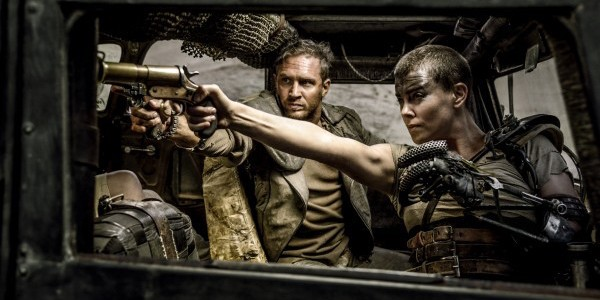 un Fotogramma di Mad Max Fury Road con Charlize Tehron e Tom Hardy